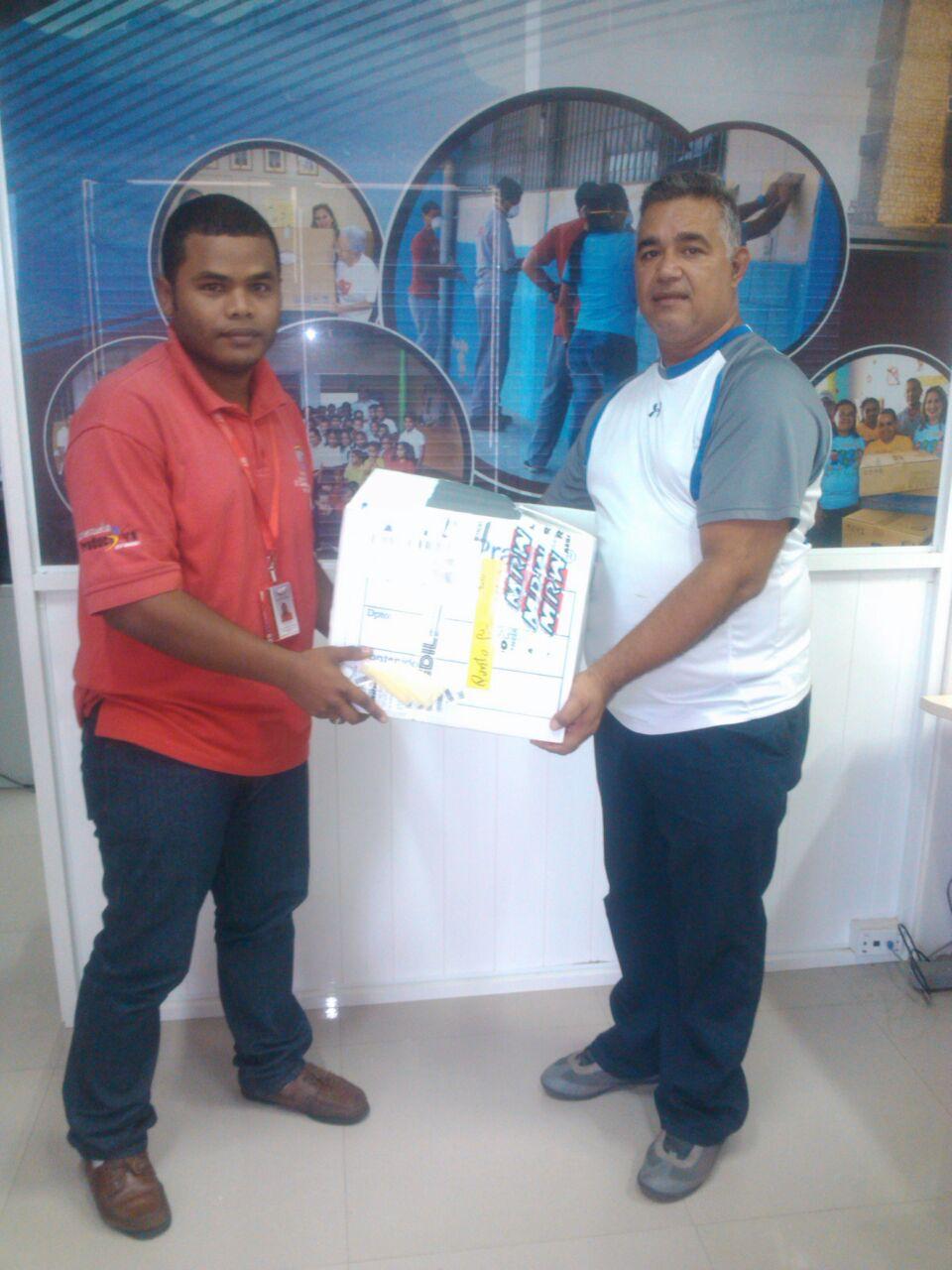 Escuela Punto fijo recibió material de oficina donado por VIT