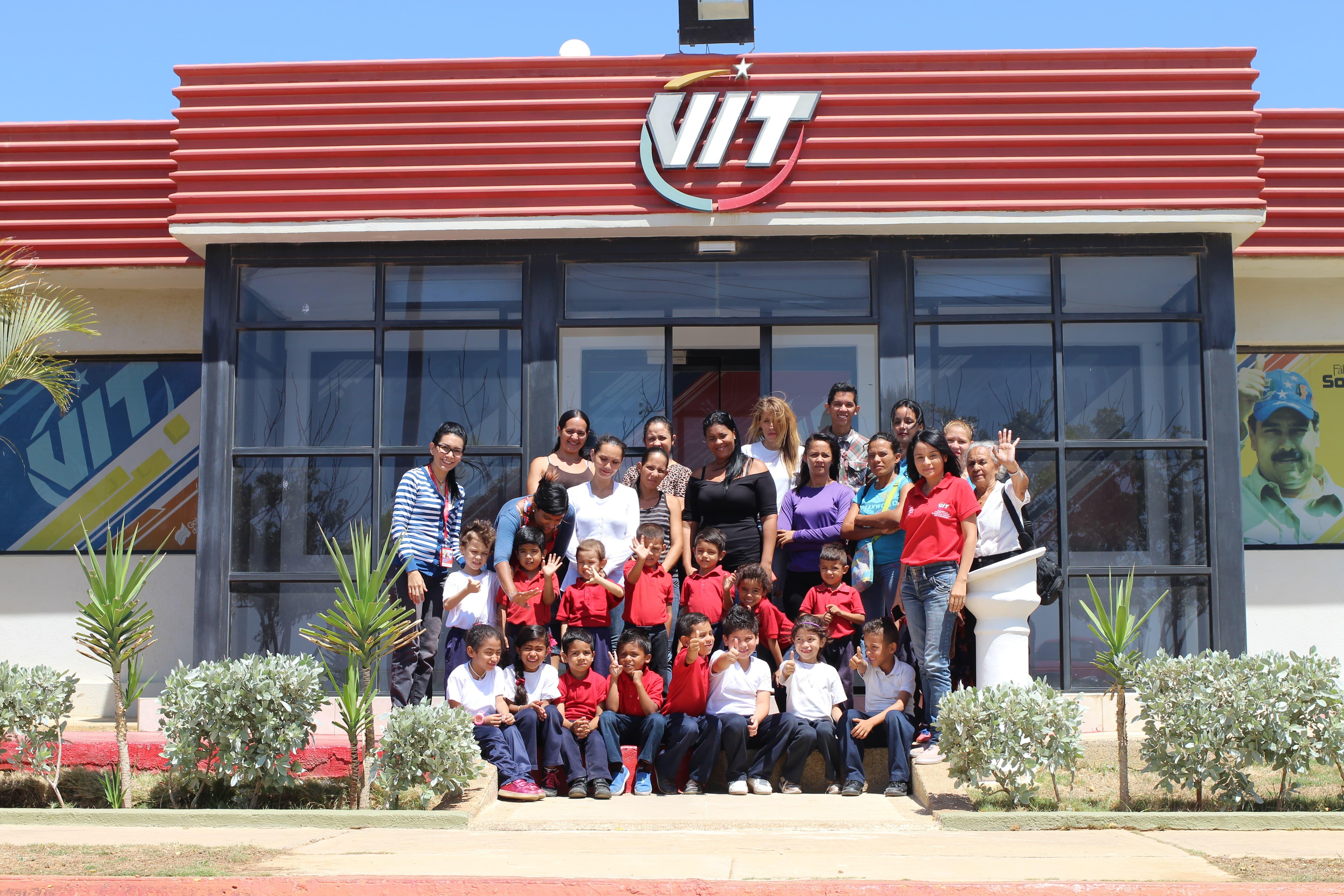 Alumnos de la Escuela Víctor Raúl Soto visitaron la fábrica del computador Bolivariano
